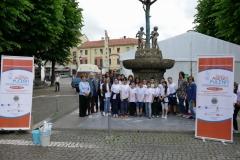 11 il gruppo dei ragazzi insieme all'artista davanti all'albero della pace